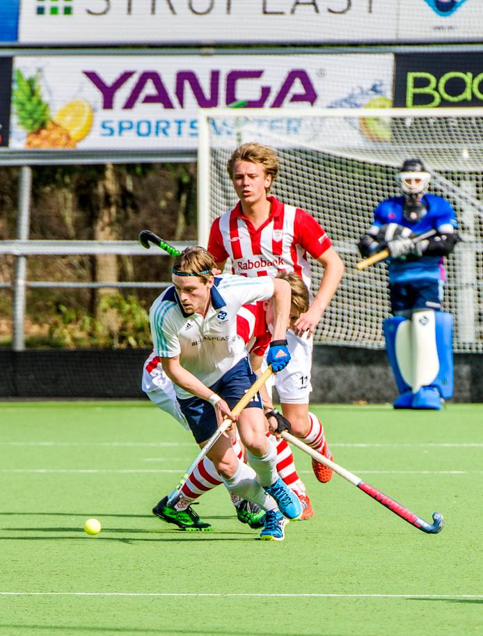 Joep de Natris voor HCTilburg aan de bal. Zijn ploeg verloor van HGC.