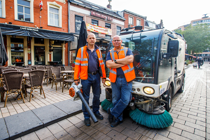 """Vroeg in de ochtend. Roland Wolf (links) en Joost Geboers putten er voldoening uit dat de stad schoner is na een dag werk, zelfs al blijft het dweilen met de kraan open. ,,Wij hebben áltijd werk."""""""