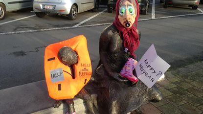"""""""Geen geld voor vluchtelingen"""", dus krijgt standbeeld reddingsvest om"""