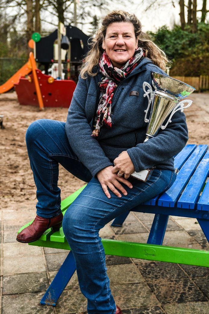 """Vrijwilliger Heleen Warmerdam met de eerste prijs. ,,Ik heb al voorgesteld om naar de grootste speeltuin van Nederland, de Efteling, te gaan."""""""