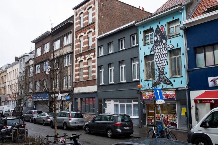 De kleurrijke visgevel in de Sint-Elisabethstraat mag blijven
