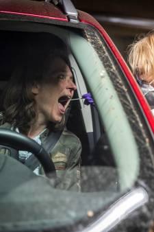 Vanuit de auto getest op corona in Eindhoven: 'Bij het kokhalsreflex weet je dat je diep genoeg zit'