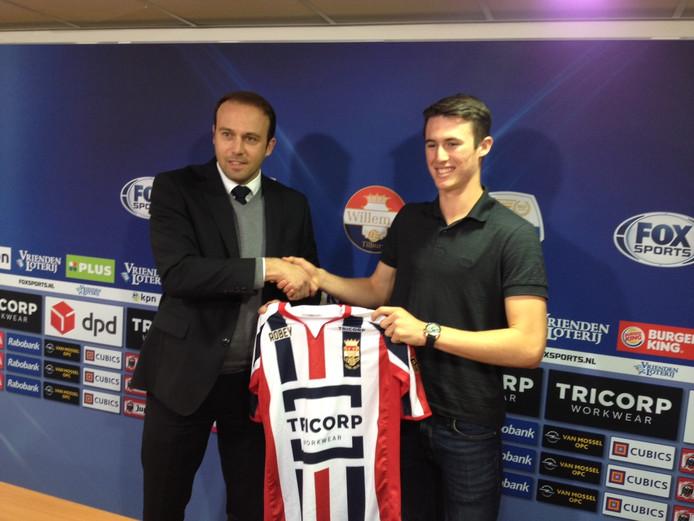 Dylan Ryan krijgt zijn Willem II-shirt uit handen van technisch directeur Joris Mathijsen.