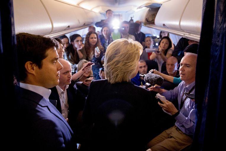 De 'nieuwe' Clinton die sinds maandag, de start van de presidentsverkiezingen, op pad is: de Democrate praat nu uitgebreid met de pers die met haar meevliegt. Beeld AP