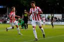 Donyell Malen viert met Sam Lammers zijn tweede doelpunt tegen Aris Saloniki.