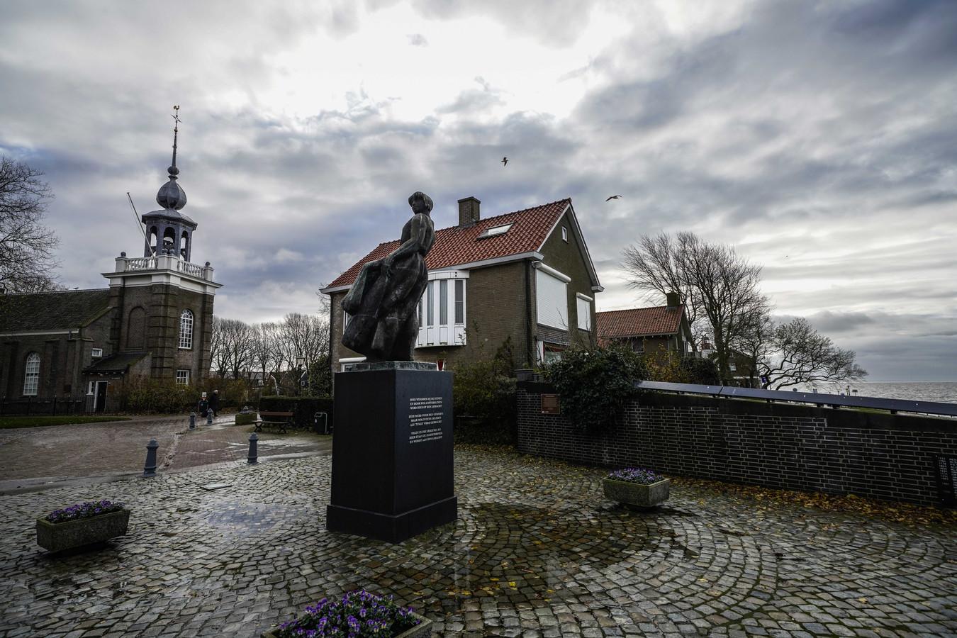 Het Urker vissersmonument aan de rand van het IJsselmeer. Uit het dorp wordt een kotter vermist.