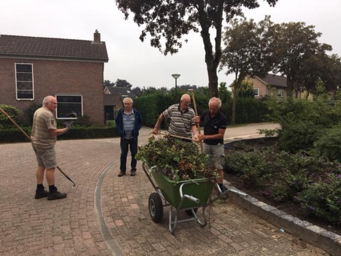 Vrijwilligers aan het werk in de plantsoenen in Keldonk