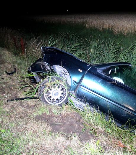 Auto vliegt uit de bocht, bestuurder gewond