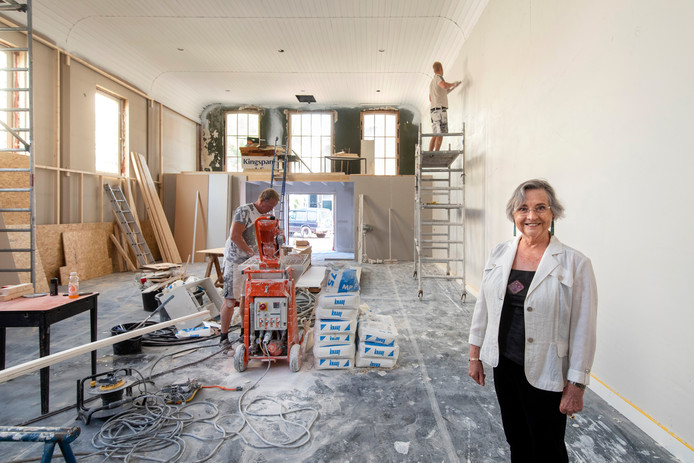 Anne Mie Emons in de nieuwe galerie, waarin volop wordt gewerkt.