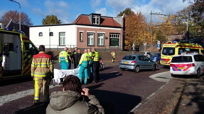 De fietser wordt gewond overgebracht naar het ziekenhuis. Foto: Rudi Hofman