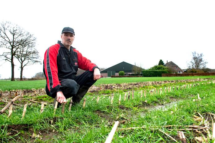Boer Pieter Brouwer uit Tonden is blij met het zaad van de gemeente voor bloemrijke akkerlanden.