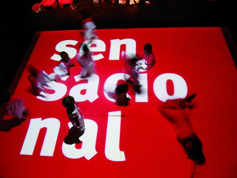 Peuters kruipen over het podium als bevestiging dat niemand te jong of te oud is voor het podium in Sensacional Beeld Imaginart