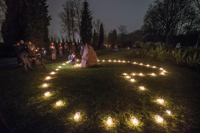 De eerste lichtjesavond in Rijssen op begraafplaats Het Lentfert.