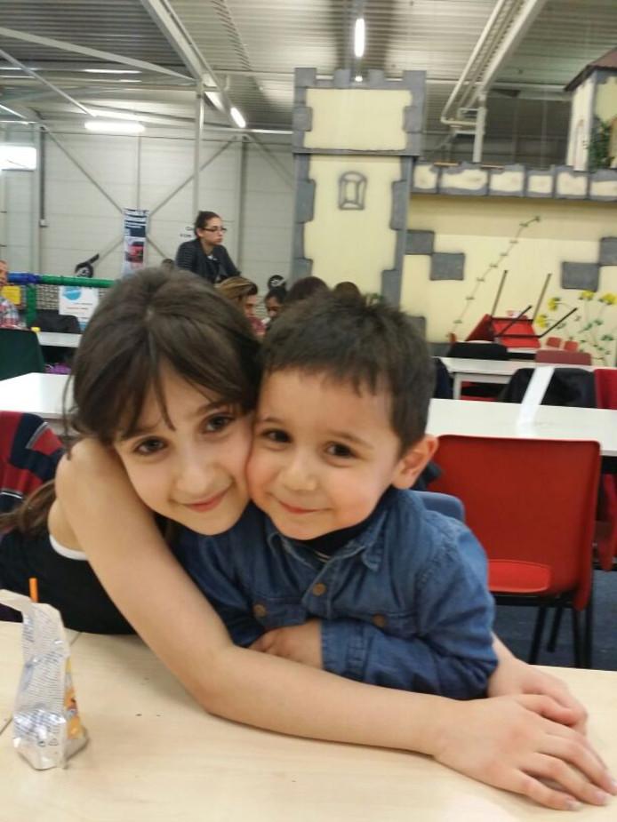 Berzi Saleh met haar broertje.