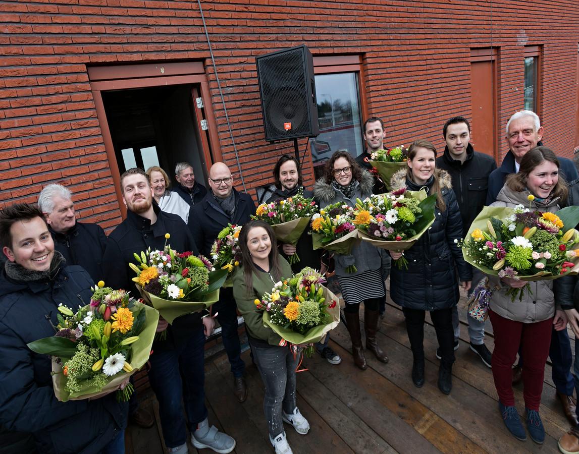 Kopers van de nieuwe huizen aan de Dolfijn kregen een bloemetje.