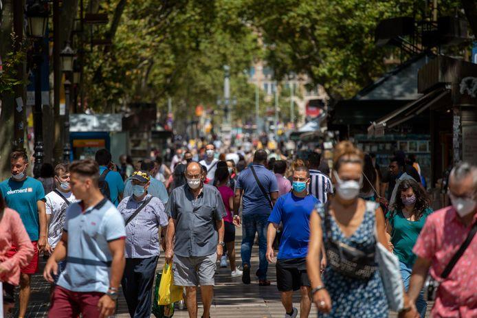 Mensen kuieren op de beroemde Ramblas in Barcelona.