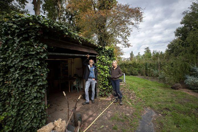 Boomkweker Arnold Schout en vrijwilliger Vivian Rooijakkers-Van Gaal.