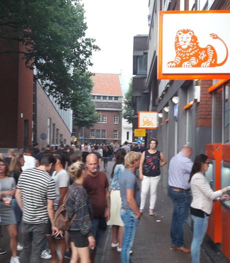 Lange rijen voor de pinautomaten in het centrum