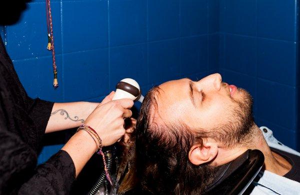 Deze holistische kapper knipt innerlijke blokkades uit het haar