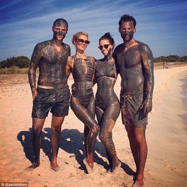 Paris Hilton nam al een modderbad op Espalmador, iets wat eigenlijk sinds 2006 verboden is.