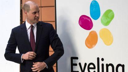 Prins William toont geschoren hoofd tijdens bezoek kinderziekenhuis