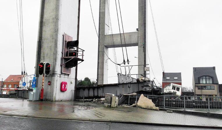 De brug en het seinhuis werden vernield. De ravage is enorm, maar er vielen geen gewonden.