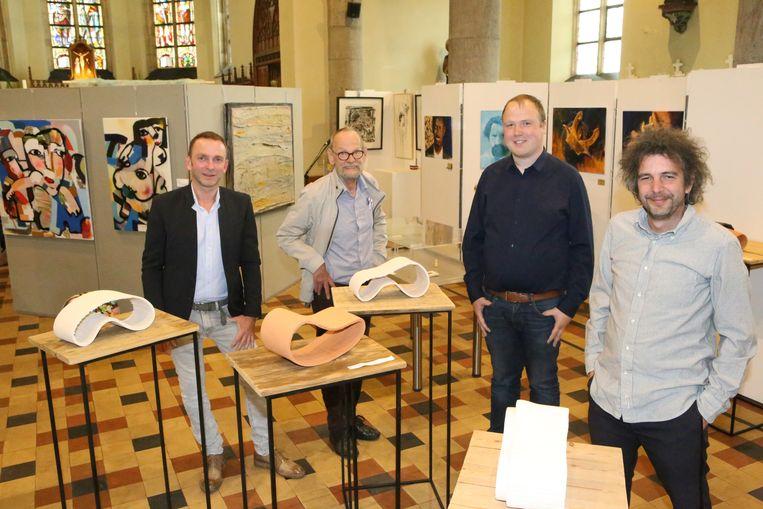 Organisator Tom (links) en enkele lokale kunstenaars.