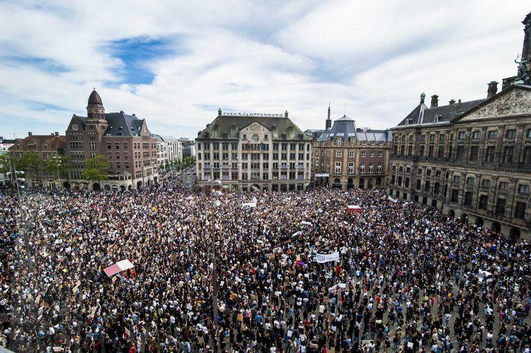 Er kwamen veel meer demonstranten dan verwacht af op het antiracismeprotest in Amsterdam, waardoor de coronaregels niet goed konden worden nageleefd. Beeld EPA