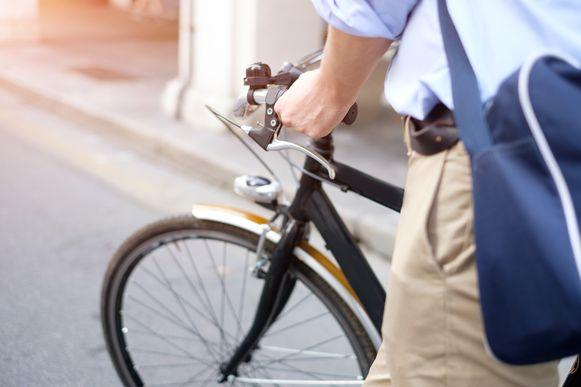 Illustratiebeeld - De man vertelde dat de lichtjes van zijn fiets niet werken, en dat hij dus beter geen rijverbod zou krijgen.