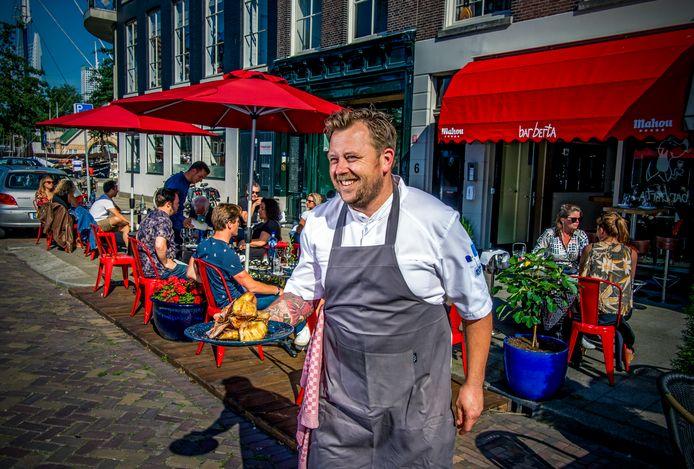 Remco van de Lagemaat voor zijn Bar Berta in Rotterdam. ,,Dit is geen restaurant'', zegt hij zelf. ,,Je hangt je jas op en gaat op een hoge kruk aan de bar zitten. Het is er losser en vrijer.''