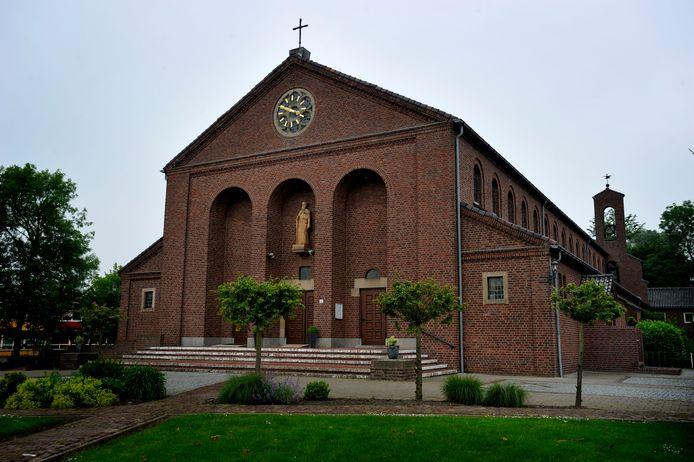 Archieffoto van de Jacobus de Meerderekerk in Fijnaart. Gemiddeld bezoeken zo'n 70 mensen de zondagsdienst. Nu kijken er live 109 en op een later tijdstip nog eens zo'n 150. En let wel: dat zijn aansluitingen, dus het kunnen er zelfs nóg meer zijn.
