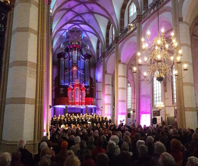 Koor en orkest onder het beroemde orgel van de Sint-Maarten in Zaltbommel.