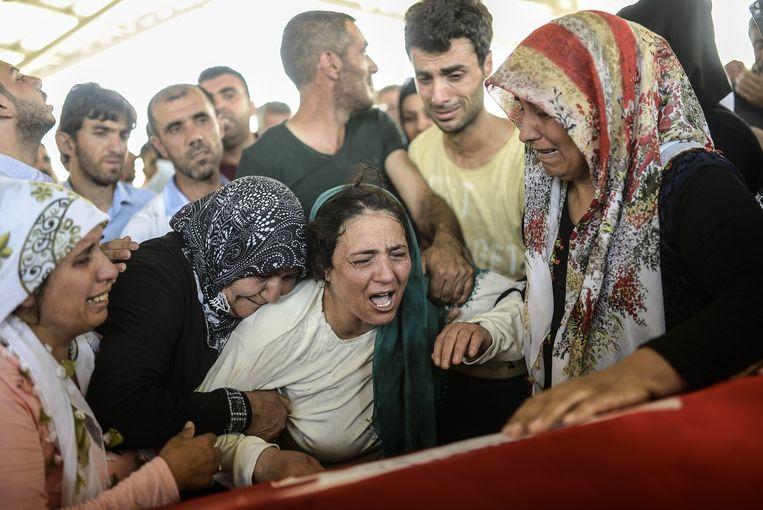 De moeder van een van de slachtoffers van de aanslag in Suruç rouwt tijdens een begrafenisceremonie in Gaziantep. Beeld afp