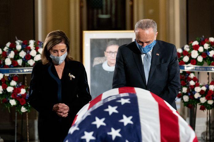 Housespeaker Nancy Pelosi en minderheidsleider in de senaat, Chuck Schumer, groetten gisteren samen het stoffelijke overschot van rechter Ruth Bader Ginsburg.