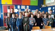 Onverwacht bezoek in De Zonnebloem: De Buurtpolitie-acteurs geven EHBO-les (en handtekeningen)