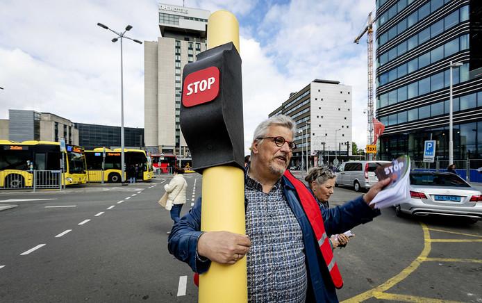 Leden van de FNV voeren actie op Utrecht Centraal Station vooruitlopend op de staking.