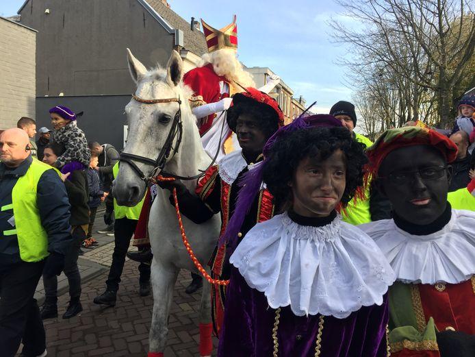 Bij de intocht van Sinterklaas in Tilburg waren zowel roetveegpieten als zwarte pieten