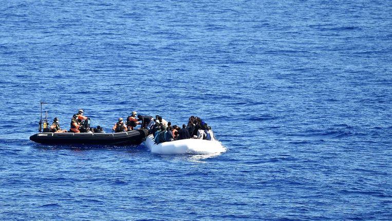 Migranten en vluchtelingen, voornamelijk afkomstig uit Nigeria, Ghana, Senegal en Sierra Leone wachten op redding. Beeld afp