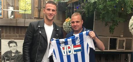 Branco van den Boomen tekent contract in achtertuin van supporter