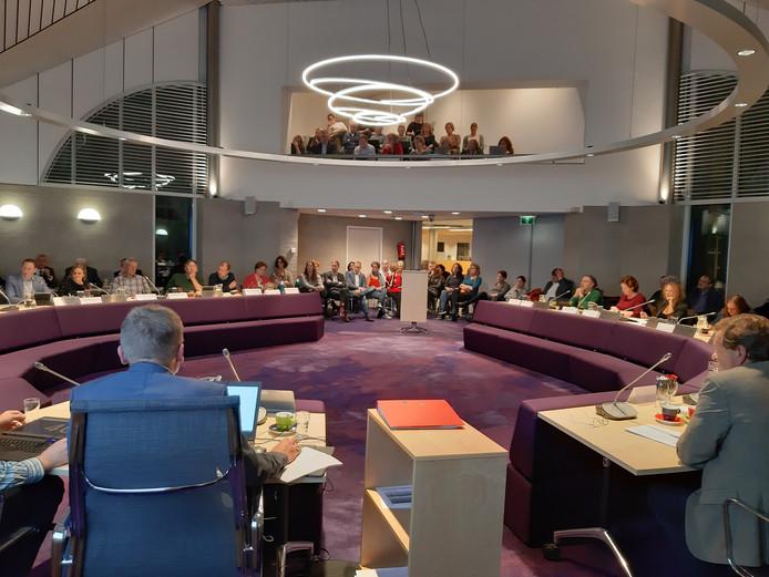De gemeenteraad vergadert voor een volle