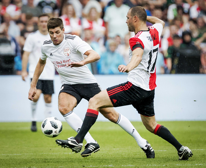 Steven Gerrard in duel met Patrick Paauwe.