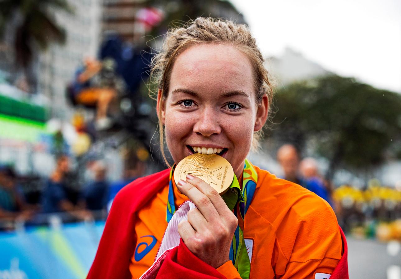 Anna van der Breggen na afloop van de wegwedstrijd met de gouden medaille in Rio.