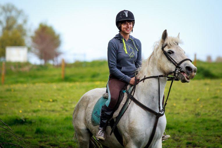 Estée-Camille (16) werd in oktober 2015 op haar paard aangereden door een dronken chauffeur. Vorig jaar kon ze voor het eerst weer paardrijden.