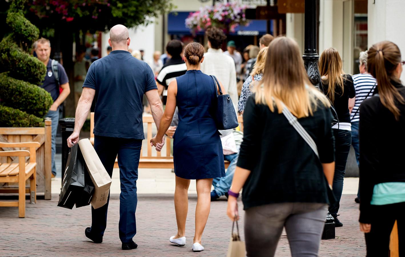 Bezoekers in de Designer Outlet in Roermond. Foto ter illustratie