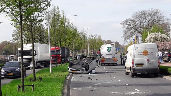 De auto is op zijn kop beland en blokkeert de linker weghelft van de Energieweg.