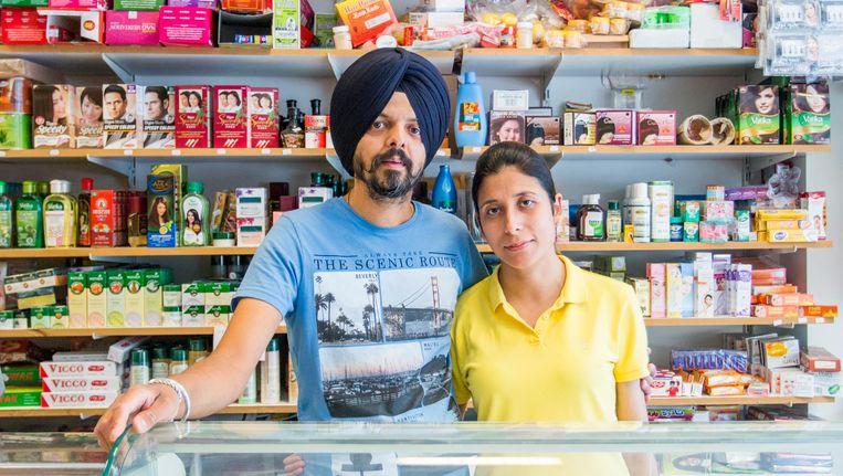 Chiranjeev Singh en zijn vrouw Amanjot Kaur runnen de zaak in Oost al zo'n zes jaar. Beeld Jesper Boot