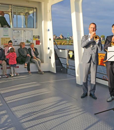 Burgemeesters Lopik en Zederik verrassen pontpassagiers met blaasmuziek