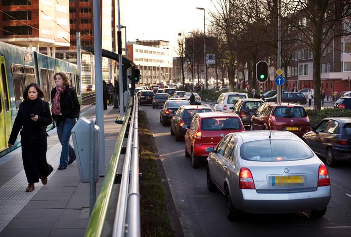 De Graadt van Roggenweg is een van de plaatsen in Utrecht waar auto's veel luchtvervuiling veroorzaken.