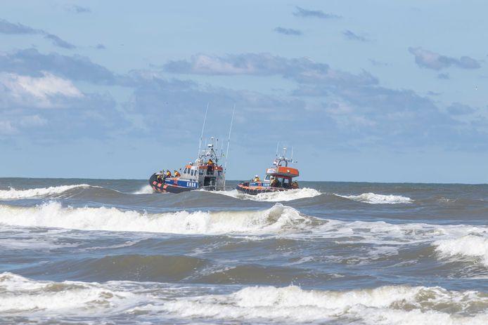 """Archiefbeeld van zondag 12 juli 2020:"""" Schepen van de Koninklijke Nederlandse Redding Maatschappij (KNRM) zoeken samen met een helicopter van de opsporingsorganisatie SAR en de Kustwacht naar het vermiste 14-jarige meisje uit Duitsland."""