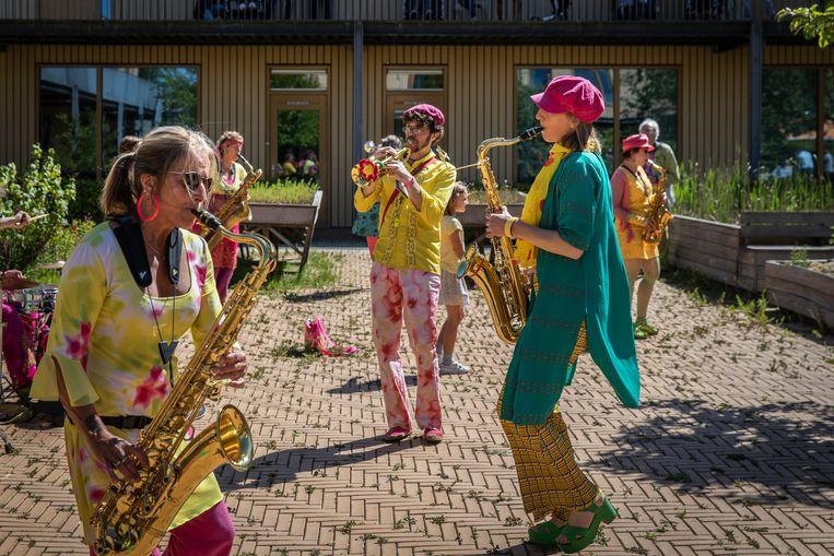Een optreden bij woon- en dagcentrum Ons Tweede Thuis in Amstelveen. Rechts op de foto: Margriet Prins met roze pet.  Beeld Dingena Mol